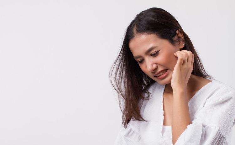 顔を掻く女性